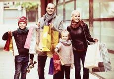有购物在城市的孩子的父母 免版税图库摄影