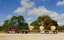 有货物的一辆大卡车在休息区 库存照片