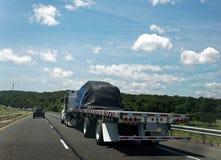 有货物的半平板车卡车 免版税库存照片