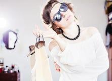 有购物的时尚女孩 免版税库存照片