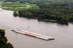 有货物的驳船在密西西比河 图库摄影