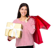 有购物袋和一个大礼物盒的混杂的印地安妇女举行 免版税库存照片
