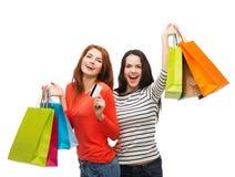 有购物袋和信用卡的十几岁的女孩 免版税库存照片