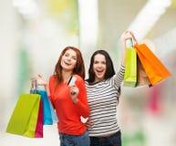 有购物袋和信用卡的十几岁的女孩 库存图片