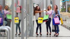 有购物袋手表的三个美丽的女孩 股票视频