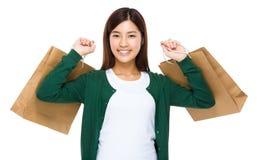 有购物袋的亚洲妇女举行 库存图片