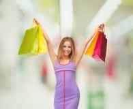 有购物袋的可爱的妇女 免版税库存照片