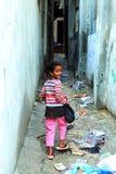 有购物袋的女孩在拉马拉街道  免版税库存照片