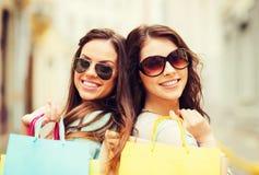有购物袋的女孩在ctiy 免版税库存图片