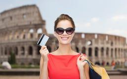 有购物袋的妇女和信用卡在罗马 免版税库存图片