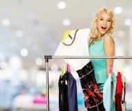 有购物袋的妇女在服装店 免版税库存图片
