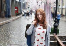有购物袋的微笑的女孩 免版税图库摄影