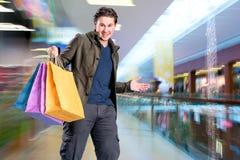 有购物袋的微笑的英俊的人 免版税库存图片