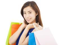 有购物袋的微笑的年轻亚裔妇女 免版税库存图片