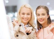 有购物袋的愉快的少妇在购物中心 免版税库存照片