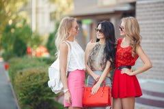 有购物袋的愉快的朋友准备好对购物 免版税库存照片