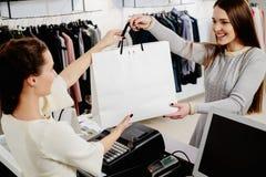 有购物袋的愉快的顾客 免版税库存照片