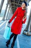 有购物袋的旅游妇女在调查距离的巴黎 库存照片