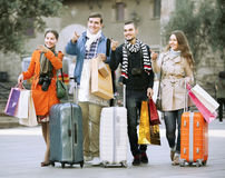 有购物袋的旅行家在街道上 库存照片