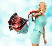 有购物袋的白肤金发的妇女 免版税库存照片