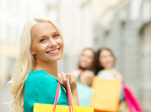 有购物袋的美丽的妇女在ctiy 库存照片