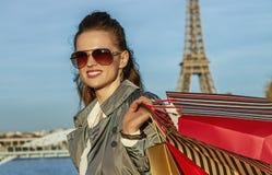 有购物袋的调查距离的,巴黎时尚商人 免版税库存照片