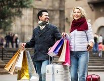 有购物袋的资深游人 免版税图库摄影
