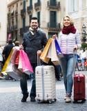 有购物袋的资深游人 免版税库存图片