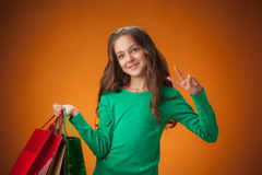 有购物袋的逗人喜爱的快乐的小女孩 免版税库存图片