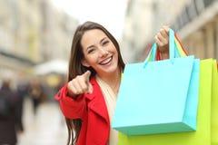 有购物袋的顾客指向您的 免版税图库摄影