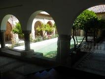 有水特点的被遮蔽的庭院 库存图片