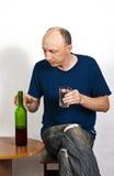 有玻璃和一个瓶的人红葡萄酒 库存照片