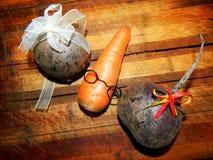 有玻璃和两棵甜菜的红萝卜男孩与弓 免版税图库摄影