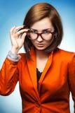 有玻璃和夹克的逗人喜爱的女商人 免版税库存照片