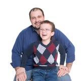 有玻璃和爸爸的男孩 免版税库存图片