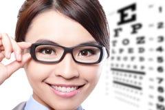有玻璃和眼睛测试图的妇女 库存图片