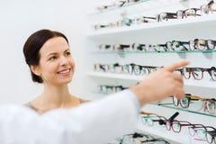 有玻璃和眼镜师的妇女光学商店的 图库摄影