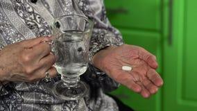 有水玻璃和药片的老妇人 股票录像