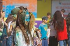 有玻璃和蓝色油漆的一个女孩在他的面孔 颜色Holi节日在切博克萨雷,楚瓦什人共和国,俄罗斯 05/28/2016 免版税图库摄影