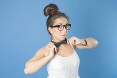 有玻璃和蝶形领结的女孩 免版税库存照片