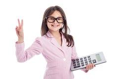 有玻璃和计算器的逗人喜爱的女孩。 免版税库存图片