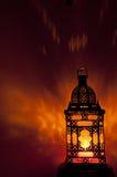 有玻璃垂直的金子的摩洛哥灯笼色 免版税库存照片