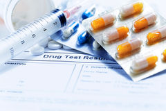 有玻璃小瓶和疗程药片的注射器服麻醉剂 免版税库存图片