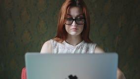 有玻璃工作的妇女在膝上型计算机 股票视频