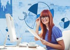 有玻璃工作的红色头发妇女在一个办公室有蓝色数字式背景 库存照片