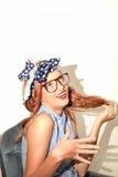 有玻璃微笑的袭击头发的女孩 免版税库存照片