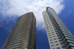 有玻璃悬墙的两个摩天大楼 免版税图库摄影