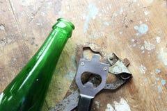 有玻璃瓶的瓶盖启子 库存图片