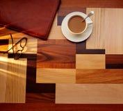 有玻璃的咖啡杯在桌减速火箭的葡萄酒 免版税库存图片