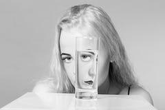 有玻璃的女孩 免版税库存照片